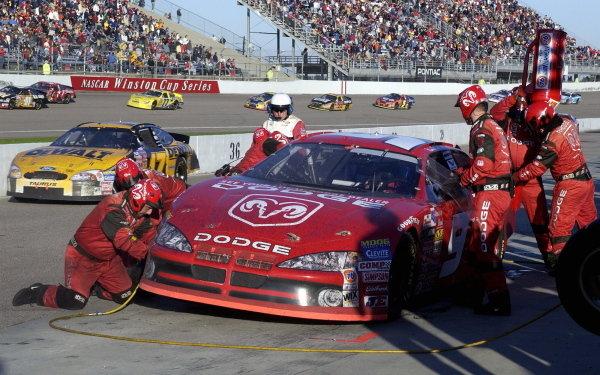 Race winner Bill Elliott (USA), Dodge Dealers, makes a pit stop.NASCAR Winston Cup Series, Rd35, Pop-Secret Microwave Popcorn 400, Rockingham, North Carolina, USA. 9 November 2003.DIGITAL IMAGE