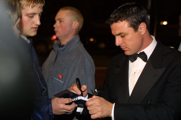 2000 Autosport Awards. Grovesnor House Hotel, Park Lane, England. 3 December 2000. Mark Blundell signs an autograph, portrait.  World Copyright: Matt Jennings / LAT Photographic. Ref: Colour Transparency.