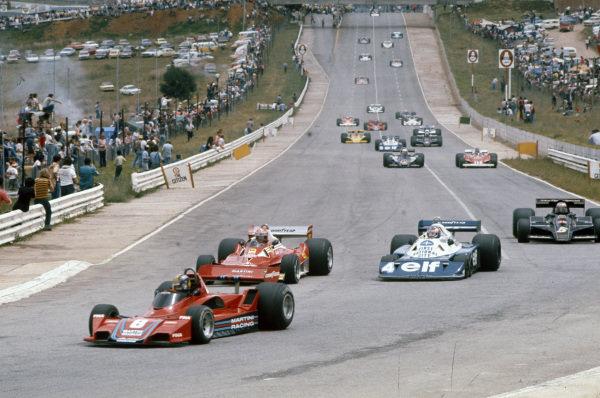Carlos Pace, Brabham BT45B Alfa Romeo leads Niki Lauda, Ferrari 312T2, Patrick Depailler, Tyrrell P34 Ford and Mario Andretti, Lotus 78 Ford.