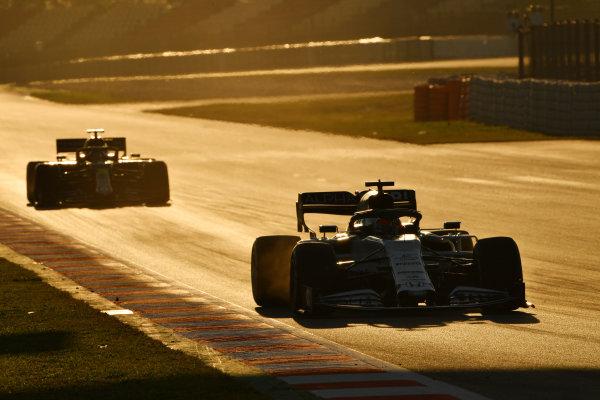 Daniil Kvyat, AlphaTauri AT01, leads Daniel Ricciardo, Renault R.S.20