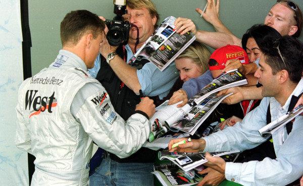 1998 Australian Grand Prix.Albert Park, Melbourne, Australia.6-8 March 1998.David Coulthard (McLaren Mercedes-Benz) signs autographs for the waiting fans.World Copyright - Etherington/LAT Photographic