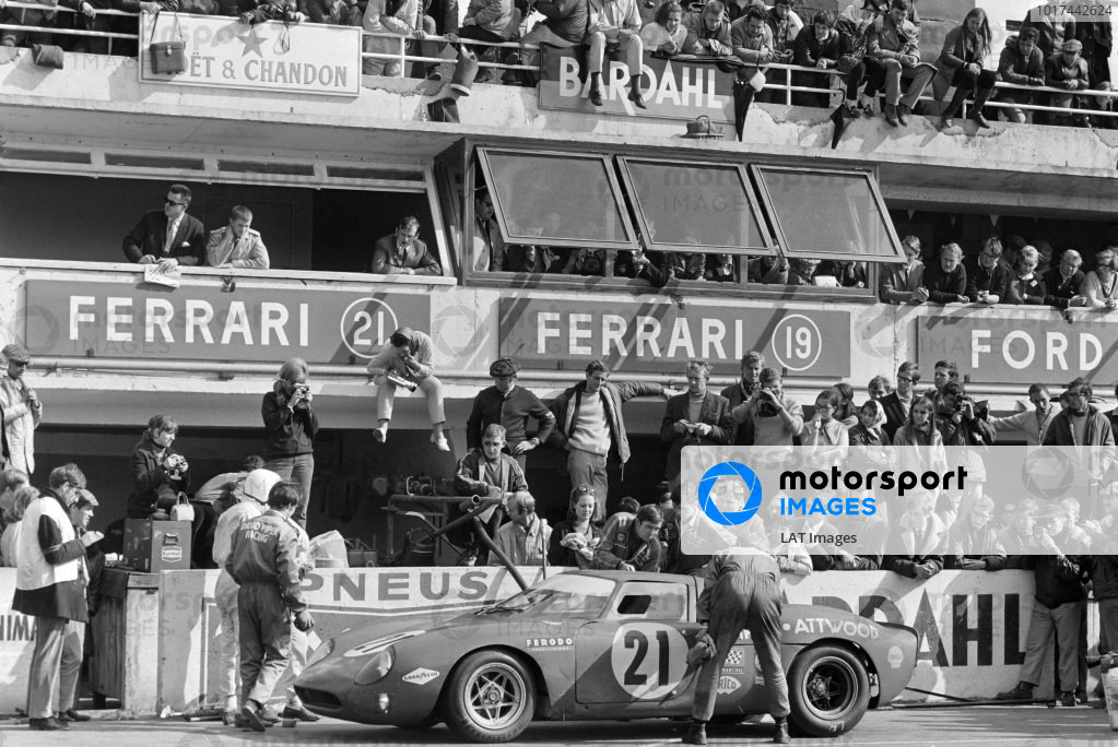 David Piper / Richard Attwood, David Piper Racing, Ferrari 250 LM, makes a pitstop.