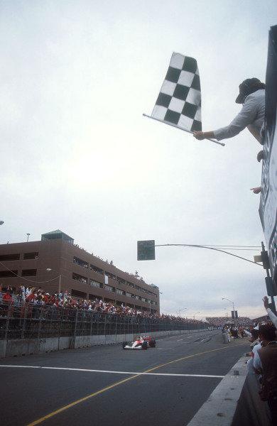 1991 United States Grand Prix.Phoenix, Arizona, U.S A.8-10 March 1991.Ayrton Senna (McLaren MP4/6 Honda) celebrates as he takes the chequered flag and 1st position.Ref-91 USA 02.World Copyright - LAT Photographic