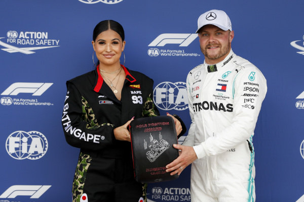 Pole sitter Valtteri Bottas, Mercedes AMG F1 receives the Pirelli Pole position award from Singer-songwriter Mabel