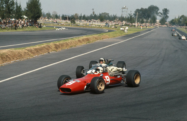 Mexico City, Mexico. 20 - 22 October 1967.  Chris Amon (Ferrari 312) defends his position from Jack Brabham (Brabham BT24 Repco) under braking for the hairpin.  Ref: 67MEX03. World Copyright: LAT Photographic
