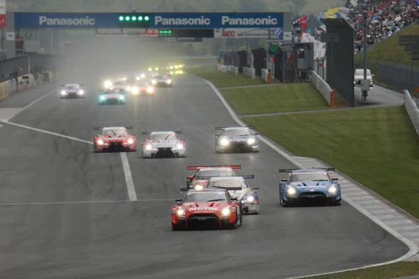 The GT500 start. Tsugio Matsuda & Ronnie Quintarelli, MOTUL AUTECH NISSAN GT-R, leads the field