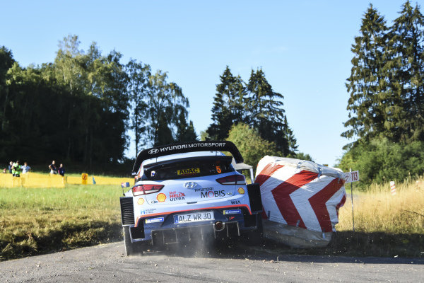 Clipping straw bales at high speed is a fine art. Here Thierry Neuville judges it right.