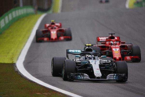Valtteri Bottas, Mercedes AMG F1 W09, vedie Sebastian Vettel, Ferrari SF71H a Kimi Raikkonen, Ferrari SF71H.
