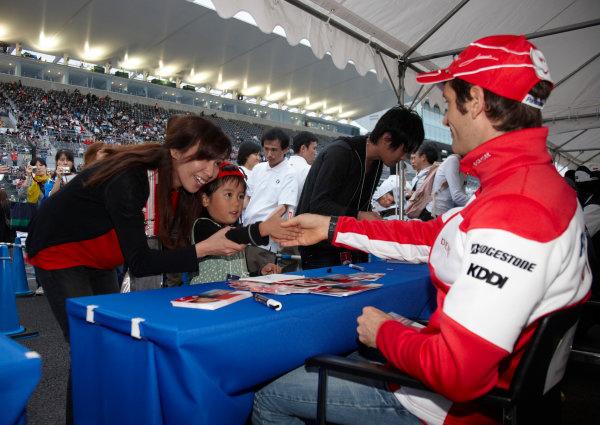 Suzuka Circuit, Suzuka, Japan. 1st October 2009. Jarno Trulli, Toyota TF109, signs some autographs for fans. Portrait.  World Copyright: Steve Etherington/LAT Photographic ref: Digital Image SNE29821