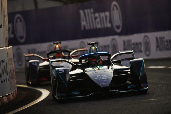 Stoffel Vandoorne (BEL), HWA Racelab, VFE-05, leads Robin Frijns (NLD), Envision Virgin Racing, Audi e-tron FE05