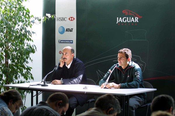 2001 Spanish Grand PrixCatalunya, Barcelona, Spain. 27-29 April 2001.Pedro de La Rosa is announced as Burti's replacement at Jaguar Racing. Here with Jaguar Racing C.E O. Bobby Rahal.World Copyright - Clive Rose/LAT Photographic
