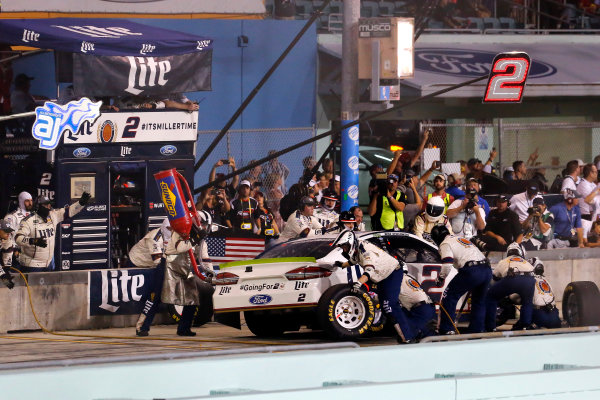Monster Energy NASCAR Cup Series Ford EcoBoost 400 Homestead-Miami Speedway, Homestead, FL USA Sunday 19 November 2017 Brad Keselowski, Team Penske, Miller Lite Ford Fusion pit stop World Copyright: Russell LaBounty LAT Images