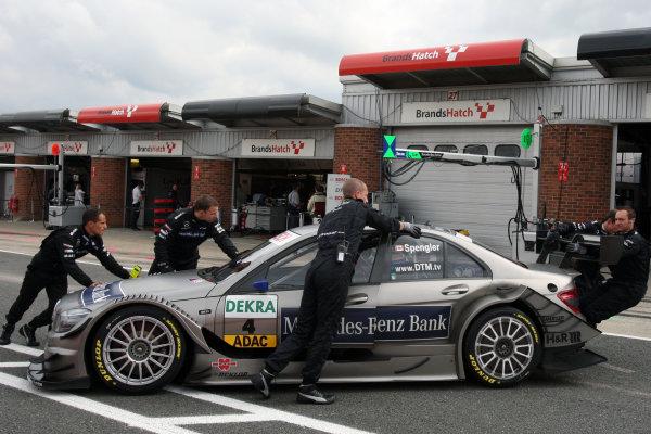 DTM mechanics with the car of Bruno Spengler (CDN), Mercedes-Benz Bank AMG, Mercedes-Benz Bank AMG C-Klasse (2009).DTM, Rd7, Brands Hatch, England, 3-5 September 2010.World Copyright: LAT Photographicref: dne1004se237