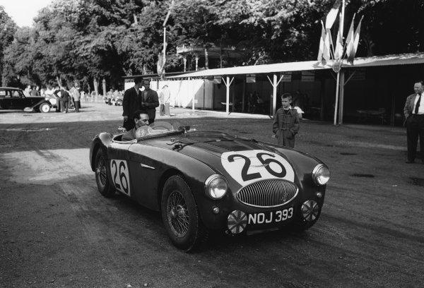Le Mans, France. 11th - 12th June 1955.Lance Macklin/Les Leston (Austin-Healey 100S), retired, at scruiterneering, portrait. World Copyright: LAT Photographic.Ref:  B/W Print.