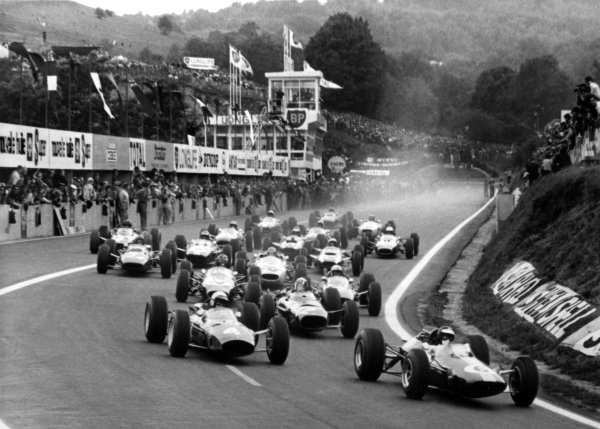 1965 French Grand Prix. Charade, Clermont-Ferrand, France. 25-27 June 1965. Jim Clark (Lotus 25-Climax), 1st position, leads the field away at the start of the 40 lap race, action. World Copyright - LAT Photographic. Ref: B/W Print.