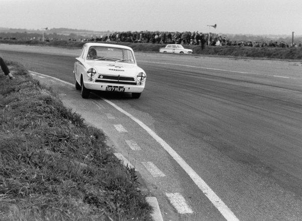 Snetterton, England. Jim Clark, Lotus Cortina, 2nd position, action. World Copyright: LAT Photographic ref: L63/326/17A