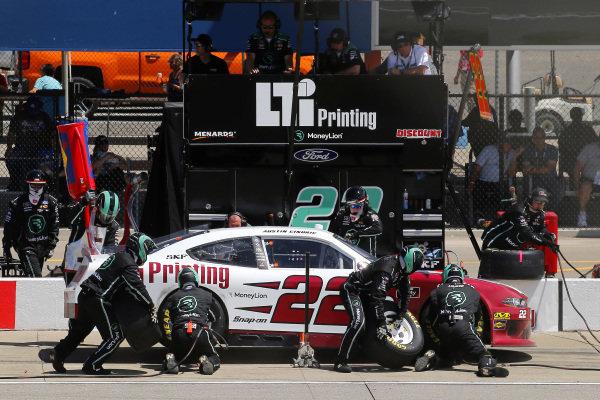 #22: Austin Cindric, Team Penske, Ford Mustang LTi Printing pit stop