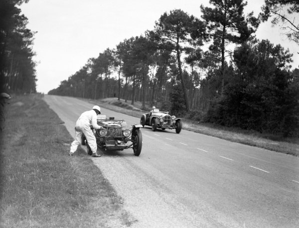 Raymond Sommer / Tazio Nuvolari, Alfa Romeo, Alfa Romeo 8C 2300 MM, passes Augustus Cesare Bertelli / Sammy Davis, Aston Martin Ltd., Aston Martin 1 1, working on their car.