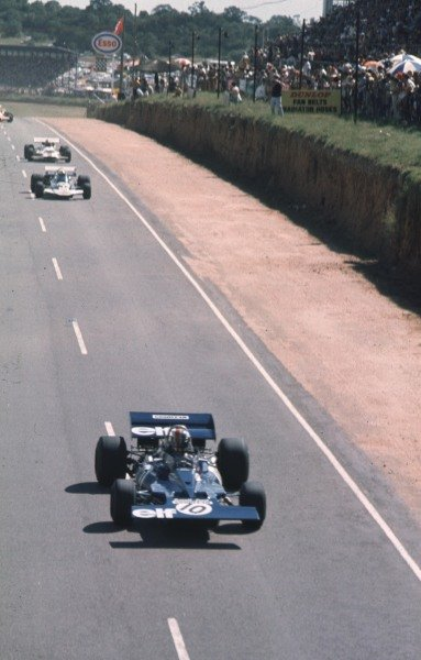 1971 South African Grand Prix.Kyalami, South Africa.4-6 March 1971.Francois Cevert (Tyrrell 002 Ford) leads John Surtees (Surtees TS9A Ford).Ref-71 SA 08.World Copyright - LAT Photographic