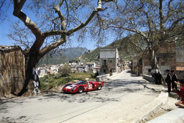 Nino Vaccarella / Andrea de Adamich, Autodelta, Alfa Romeo T33/2 2.5 75033-016.