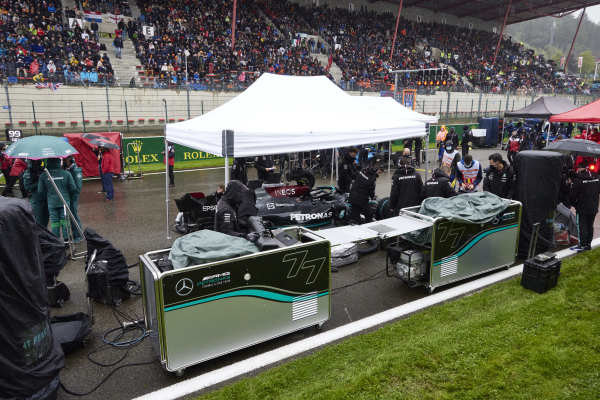 Mechanics on the grid with the car of Sir Lewis Hamilton, Mercedes W12