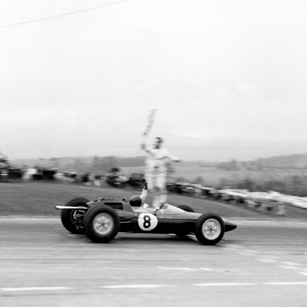 Watkins Glen, New York, USA. 5th - 7th October 1962.Jim Clark (Lotus 25 Climax), 1st position, takes the chequered flag, action. World Copyright: LAT Photographic.Ref:  B/W Print.