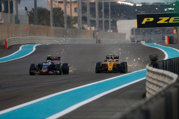 Yas Marina Circuit, Abu Dhabi, United Arab Emirates. Sunday 27 November 2016. Carlos Sainz Jr, Toro Rosso STR11 Ferrari, battles with Jolyon Palmer, Renault RE16. World Copyright: Andrew Hone/LAT Photographic ref: Digital Image _ONZ0323