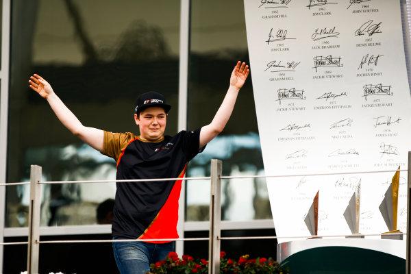 Yas Marina Circuit, Abu Dhabi, United Arab Emirates. Sunday 26 November 2017. E-Sports first world champion Brendon Leigh arrives on the podium. World Copyright: Andy Hone/LAT Images  ref: Digital Image _ONY3005