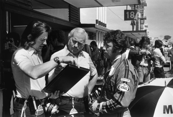 Jarama, Madrid, Spain. 6th-8th May 1977.Tony Southgate in converstion with Colin Chapman and Mario Andretti, in the pits during qualifying, portrait.World Copyright: LAT Photographic.Ref:  B/W Print.