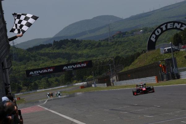 2014 Super Formula Series. Fuji, Japan. 17th - 18th May 2014. Rd 2. Race 1 - Winner Joao Paulo de Oliveira ( #19 Lenovo TEAM IMPUL SF14 ) action World Copyright: Yasushi Ishihara / LAT Photographic. Ref: 2014SF_Rd2_005.JPG