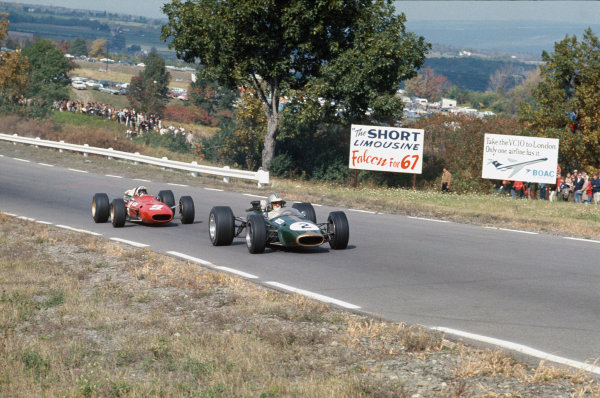 Watkins Glen, New York, USA. 30/9-1/10 1967. Denny Hulme (Brabham BT24-Repco) leads Chris Amon (Ferrari 312). Ref: 67 USA 11. World Copyright - LAT Photographic