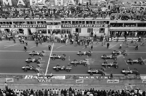 The front row of Dan Gurney, Eagle T1G Weslake, Jack Brabham, Brabham BT24 Repco, and Graham Hill, Lotus 49 Ford, lead the cars away at the start.