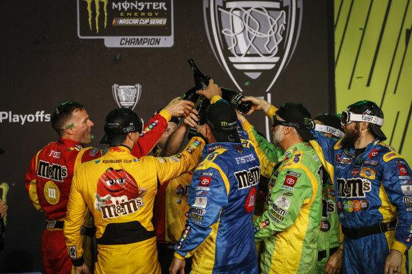 #18: Kyle Busch, Joe Gibbs Racing, Toyota Camry M&M's, podium, champagne