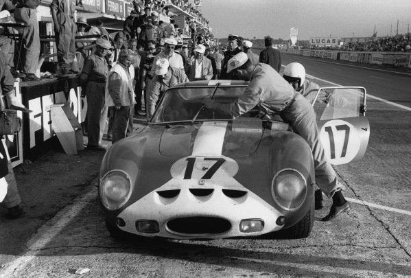 Le Mans, France. 23rd - 24th June 1962 Bob Grossman/Glen Fireball Roberts (Ferrari 250 GTO), 6th position, pit stop action. World Copyright: LAT Photographic Ref:  9951E - 25A.