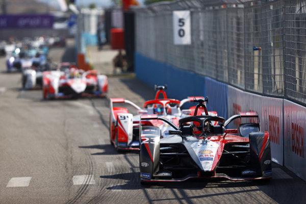 Sebastien Buemi (CHE), Nissan e.Dams, Nissan IMO2, leads Alex Lynn (GBR), Mahindra Racing, M7Electro