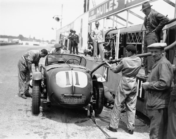 1932 Le Mans 24 hours.Le Mans, France. 18th - 19th June 1932.Franco Cortese/Gian Battista Guidotti, (Alfa Romeo 8C 2300), 2nd position, pit stop for fuel and oil top-up, action.World Copyright: LAT Photographic.ref:
