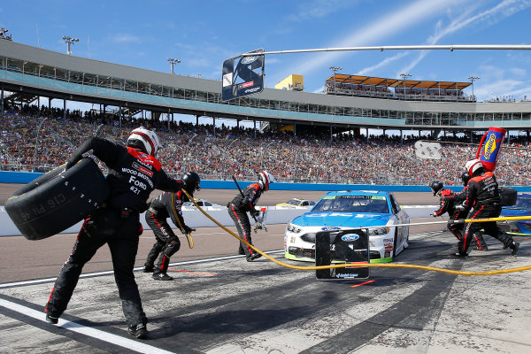 Monster Energy NASCAR Cup Series Can-Am 500 Phoenix Raceway, Avondale, AZ USA Sunday 12 November 2017 Ryan Blaney, Wood Brothers Racing, SKF / Quick Lane Tire & Auto Center Ford Fusion pit stop World Copyright: Russell LaBounty LAT Images