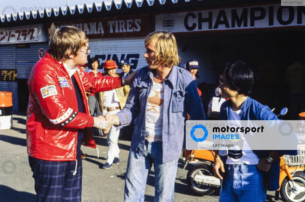 1977 Japanese Grand Prix. Fuji, Shizuoka, Japan. 21 - 23 October 1977. Journalist, Alan Henry meets James Hunt in the pit lane, portrait.  World Copyright: LAT Photographic.
