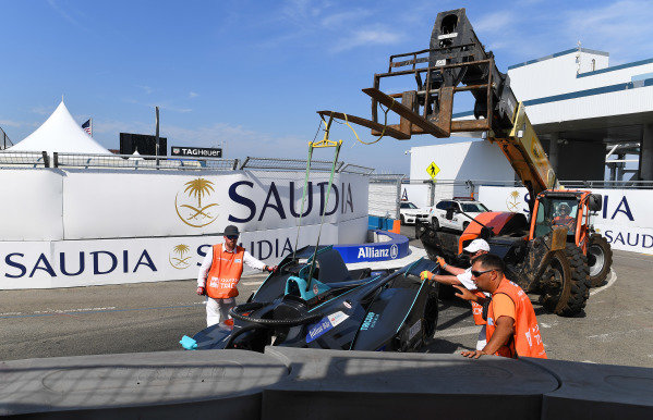 Marshal's remove the car of Gary Paffett (GBR), HWA Racelab, VFE-05, from the barrier