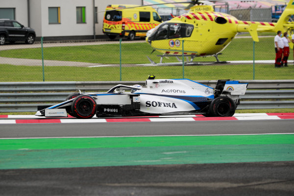 Nicholas Latifi, Williams FW43, suffers a rear puncture