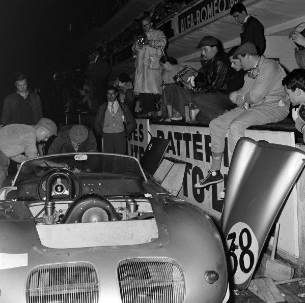 Carel Godin de Beaufort / Richard Stoop, Baron Carel Godin de Beaufort, Porsche 718 RS60/4, makes a pitstop.