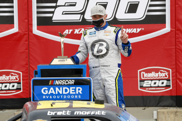 #23: Brett Moffitt, GMS Racing, Chevrolet Silverado Concrete Supply in victory lane