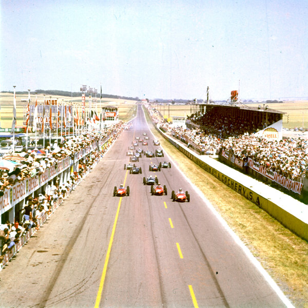 1961 French Grand Prix.Reims, France.30/6-2/7 1961.Phil Hill, Wolfgang Von Trips and Richie Ginther lead the start.Ref-3/3873.World Copyright - LAT Photographic