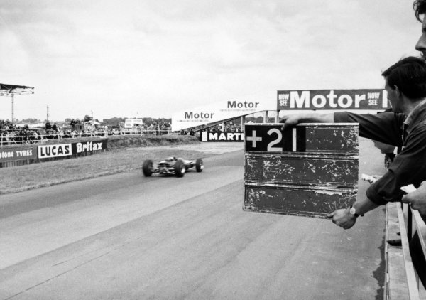 1965 British Grand Prix.Silverstone, Great Britain. 10 July 1965.Jim Clark, Lotus 33-Climax, 1st position, 21 seconds in the lead, action.World Copyright: LAT Photographic