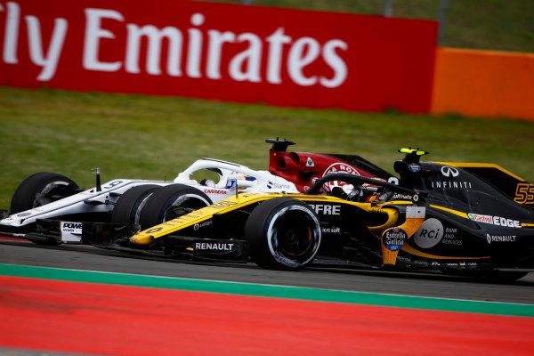 Carlos Sainz Jr., Renault Sport F1 Team R.S. 18, battles Marcus Ericsson, Sauber C37 Ferrari.
