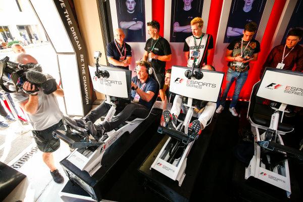 Yas Marina Circuit, Abu Dhabi, United Arab Emirates. Sunday 26 November 2017. Gordon Ramsay tries the E-Sports simulators. World Copyright: Andy Hone/LAT Images  ref: Digital Image _ONZ1131