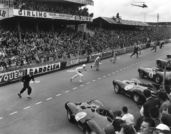 1954 Le Mans 24 hours. Le Mans, France. 12th - 13th June 1954. The start of the race where the drivers run to their cars on the grid, action.  World Copyright: LAT Photographic. Ref: Autocar Glass Plate C39233