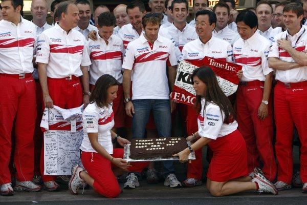 2007 Brazilian Grand Prix - Sinday RaceInterlagos, Sao Paulo, Brazil21st October 2007.The Toyota team say thanks to Ralf Schumacher and Franck Montagny for their services. Portrait. Atmosphere. World Copyright: Andrew Ferraro/LAT Photographicref: Digital Image _H0Y4146