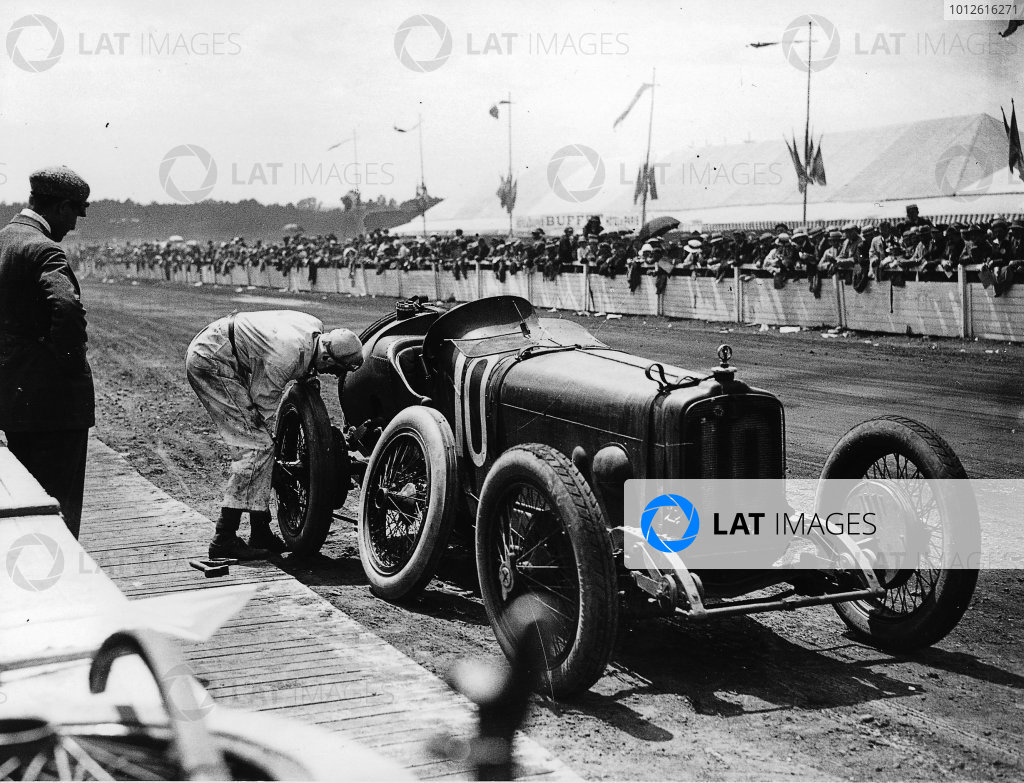 Le Mans, France. 25th July 1921. Henry Segrave (Sunbeam) changing his tyres. World Copyright - LAT Photographic. Ref - Autocar Glass Plate 7257,