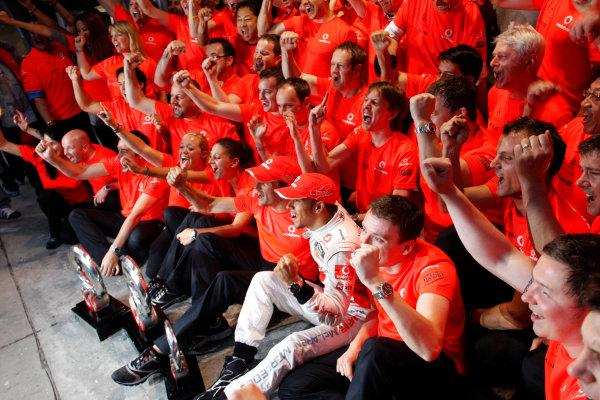 Shanghai International Circuit, Shanghai, China18th April 2010Jenson Button, McLaren MP4-25 Mercedes, 1st position, Lewis Hamilton, McLaren MP4-25 Mercedes, 2nd position, and the McLaren team celebrate a one-two finish. Portrait. World Copyright: Steven Tee/LAT Photographicref: Digital Image _A8C5753